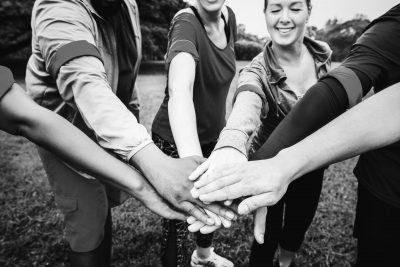 שמים ידיים יחדיו להצלחה